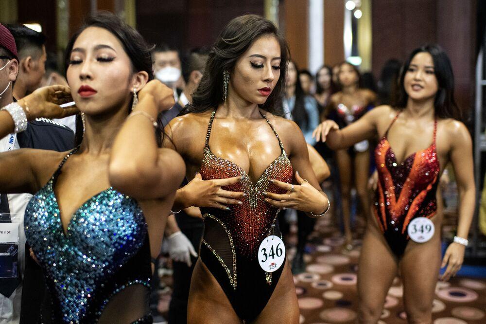 Kulturisté během soutěže mezinárodní federace vzpírání (IWF) Peking 2020
