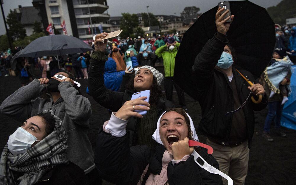 Lidé sledují úplné zatmění slunce v Chile