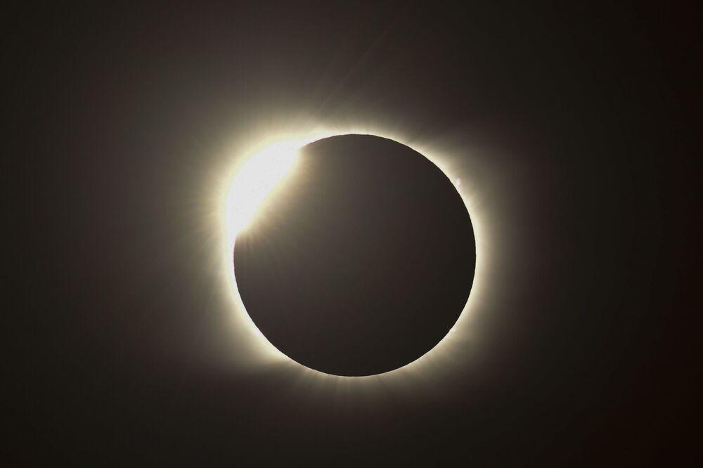 Ohnivý kruh během úplného zatmění slunce v Argentině