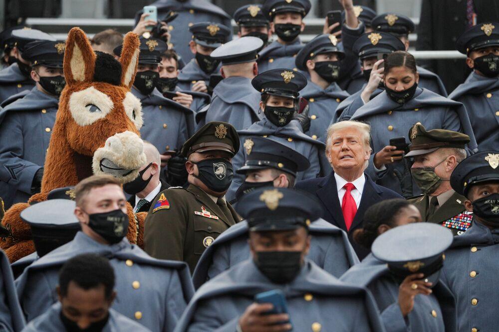 Americký prezident Trump stojí mezi kadety americké armády na West Pointu