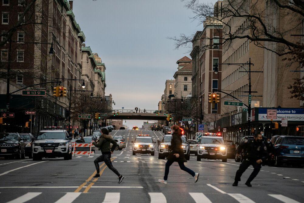 Lidé utíkají z místa střelby poblíž katedrály svatého Jana v New Yorku