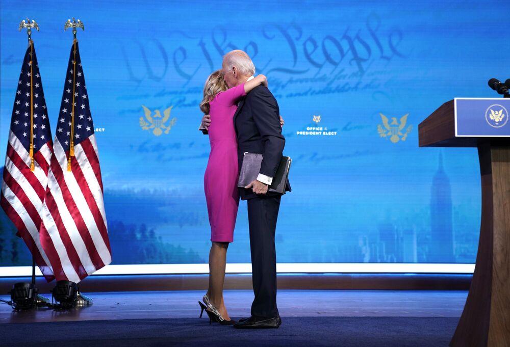 Americký prezident Joe Biden objímá svou ženu Jill Bidenovou