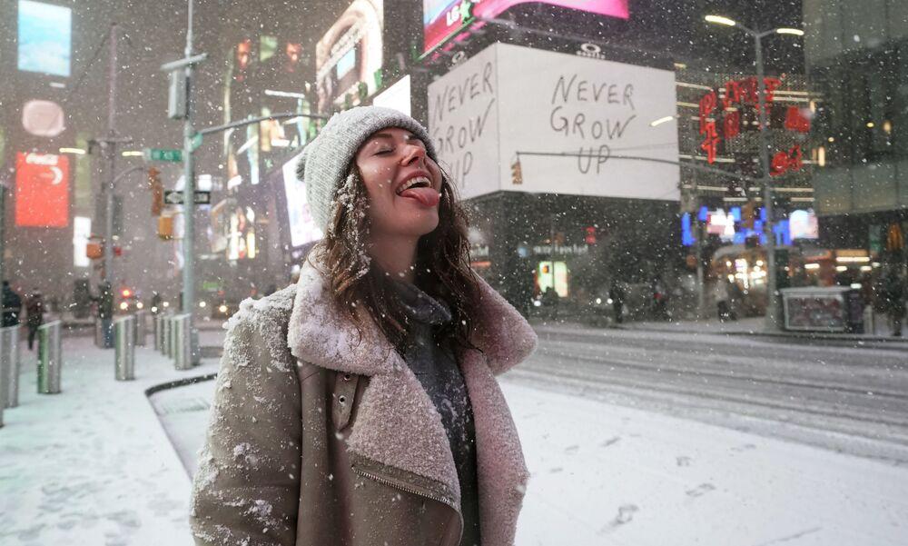 Turista během sněžení na Times Square v New Yorku