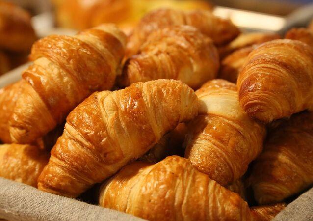 Koš s croissanty