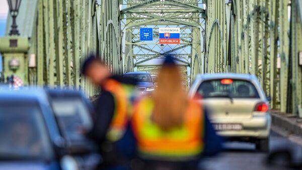 Kontrola dokladů na maďarsko-slovenské hranici - Sputnik Česká republika
