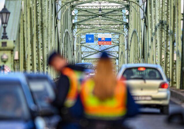 Kontrola dokladů na maďarsko-slovenské hranici