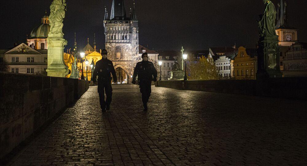 Policisté na Karlově mostě v Praze