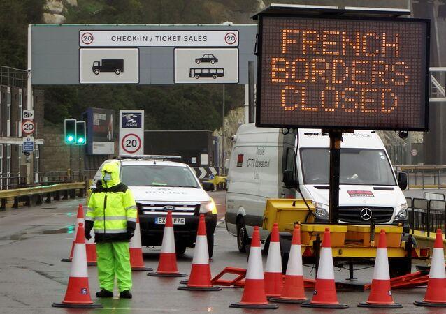 Francie v reakci na novou mutaci koronaviru uzavřela hranici s Británií
