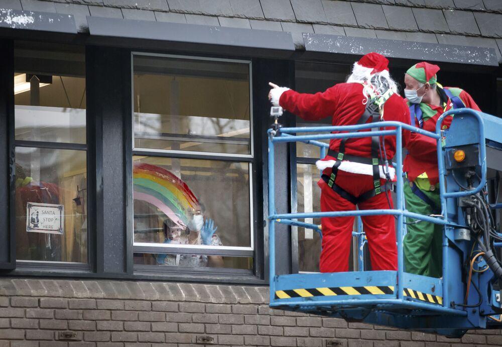 """Zrušené lety, uzavřené hranice, zničené Vánoce: """"Mutantní"""" kmen covidu-19 způsobil chaos ve Velké Británii"""