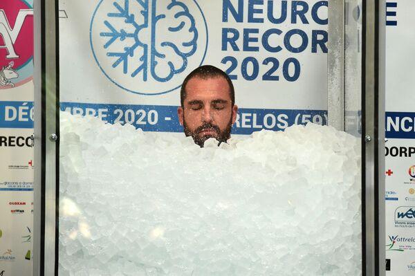 Francouz Romain Vandendorp během světového rekordu za nejdelší pobyt v ledu - Sputnik Česká republika