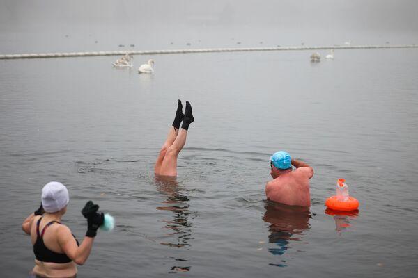 Lidé plavou v jezeře v Hyde Parku v zimní den v Londýně - Sputnik Česká republika
