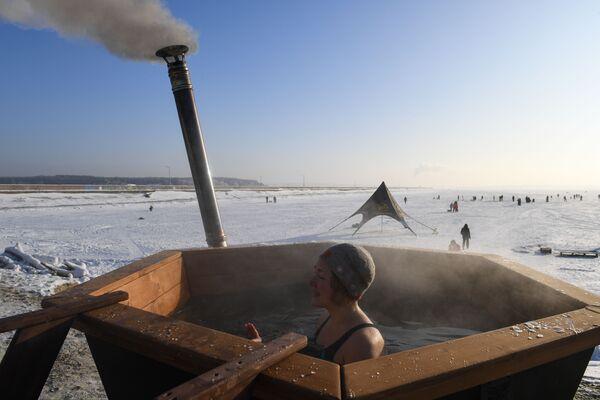 Členové klubu Bílí medvědi v kádi s teplou vodou na ledě novosibirské vodní nádrže - Sputnik Česká republika