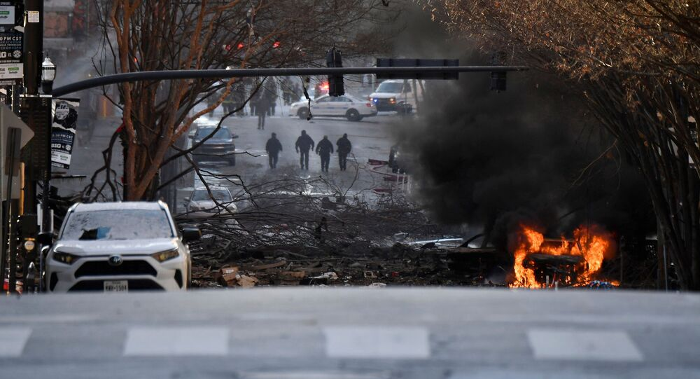 Hořící vůz po expolozi v Nashvillu, USA. 25. prosince 2020