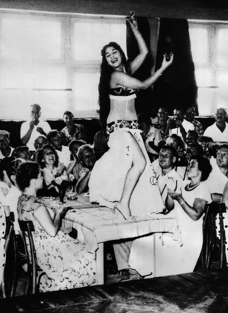 Břišní tanečnice během vystoupení před turisty v Káhiře