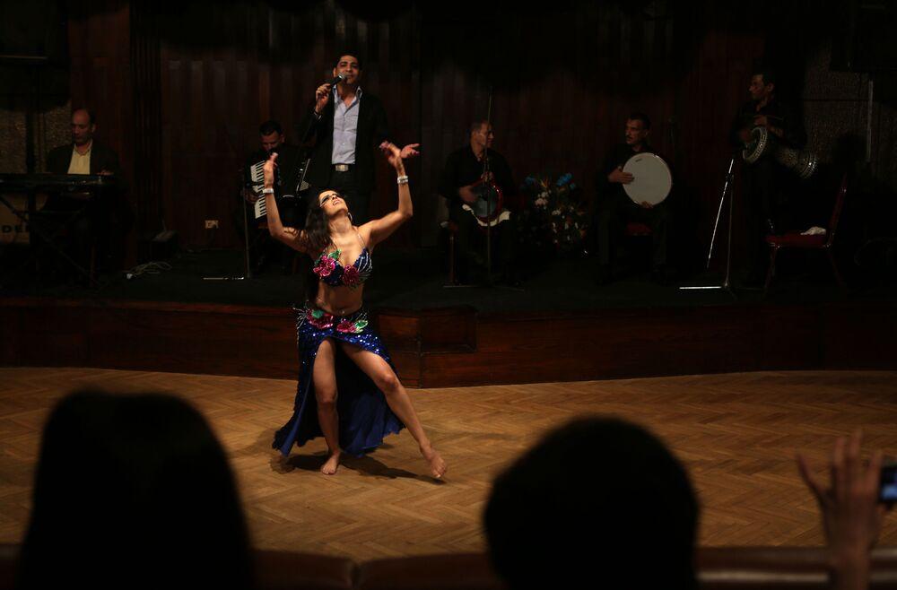 Mexická tanečnice vystupuje na Festivalu břišních tanců v Káhiře