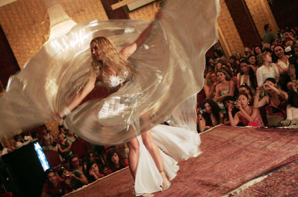 Americká tanečnice během vystoupení v Káhiře