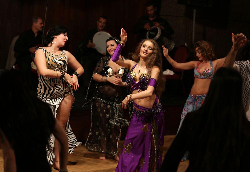 Tanečníci během vystoupení v Káhiře