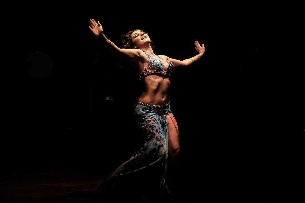 Ruská tanečnice během břišního tance v Káhiře