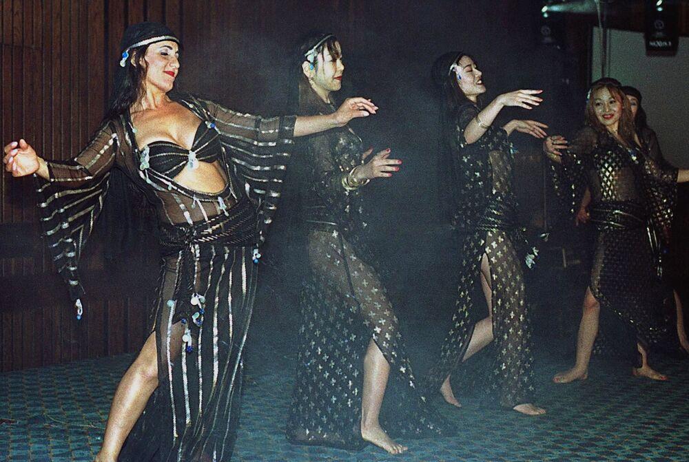 Italští a japonští tanečníci během vystoupení v Káhiře