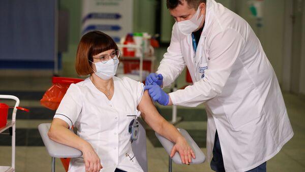 Zdravotní sestra Alicja Jakubowska během očkování v Polsku - Sputnik Česká republika
