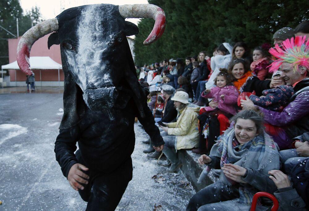 Účastník karnevalu v kostýmu býka, který ztělesňuje mýtus Baskické země ve Francii