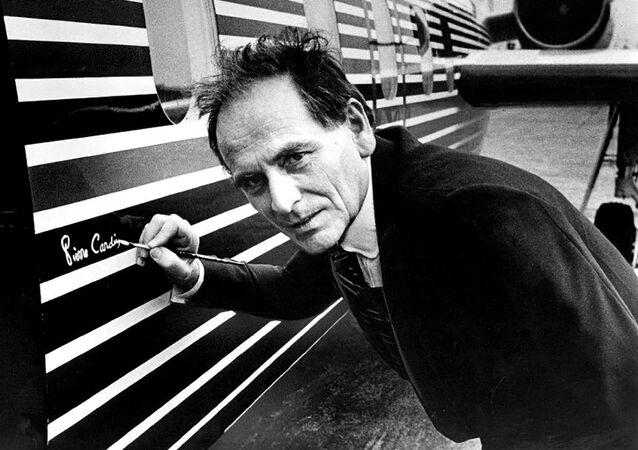 Módní návrhář Pierre Cardin podepisuje letadlo.