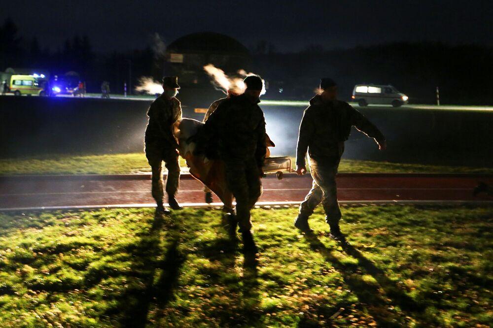 Armáda evakuuje člověka, kterého postihlo zemětřesení v Chorvatsku.