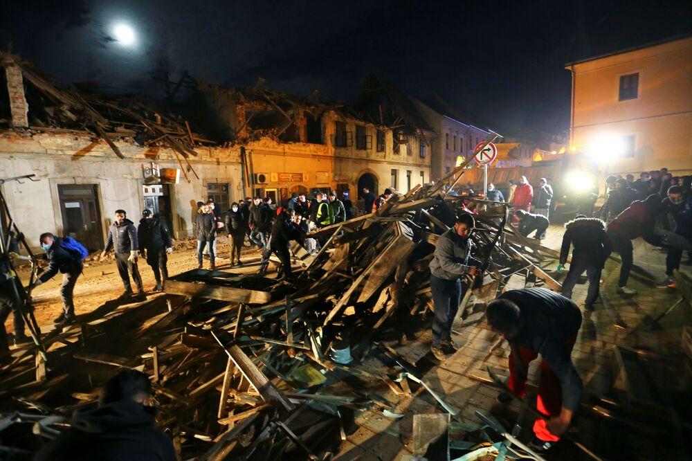 Čištění ulic a odklízení trosek po zemětřesení.