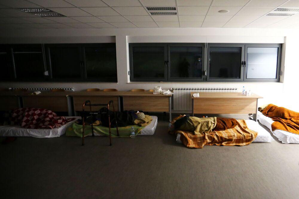 Lidé, které postihlo zemětřesení, spí na vojenské základně v chorvatském městě Petrinja.