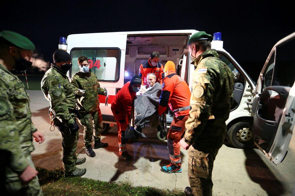 Člověka, kterého postihlo zemětřesení, připravují k evakuaci do Záhřebu, Chorvatsko.