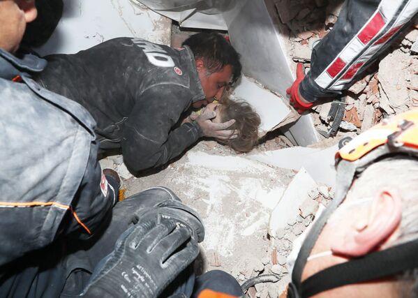 Turečtí záchranáři vytahují dítě z trosek po zemětřesení v Izmiru. - Sputnik Česká republika