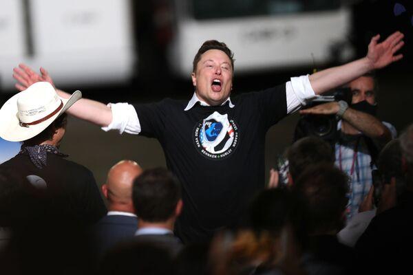 Elon Musk slaví úspěšný start rakety SpaceX Falcon 9 s kosmickou lodí Crew Dragon v Kennedyho vesmírném středisku. - Sputnik Česká republika