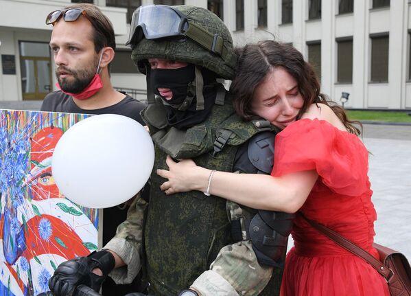 Účastníci protestu a voják v Minsku. - Sputnik Česká republika