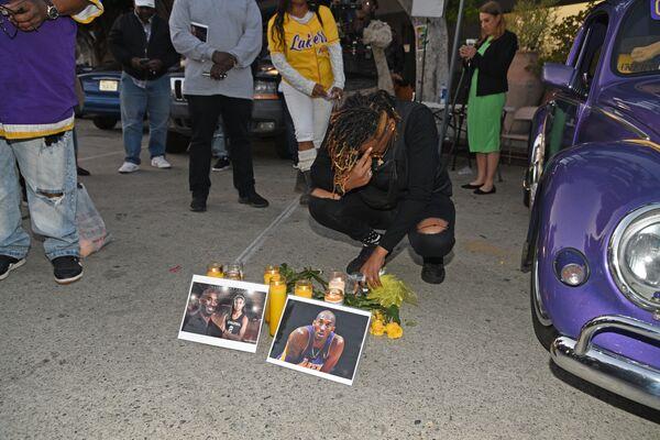 Fanoušci na vzpomínkové akci na zesnulou hvězdu NBA Kobeho Bryanta. - Sputnik Česká republika