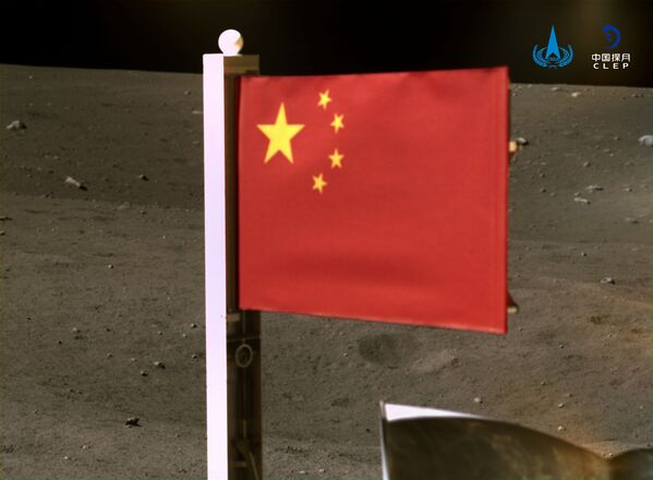 Čínská státní vlajka umístěná na povrchu Měsíce. - Sputnik Česká republika