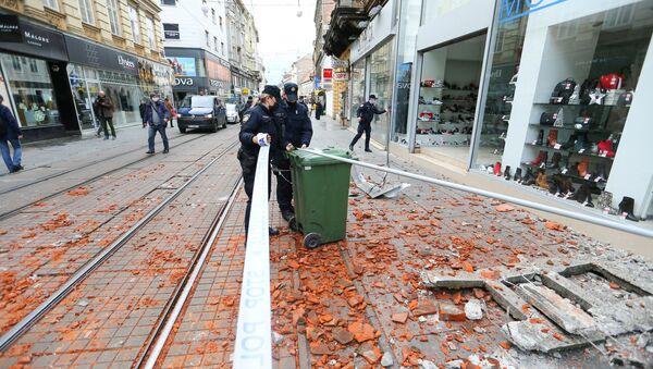 Policie na ulici v Záhřebu po zemětřesení - Sputnik Česká republika