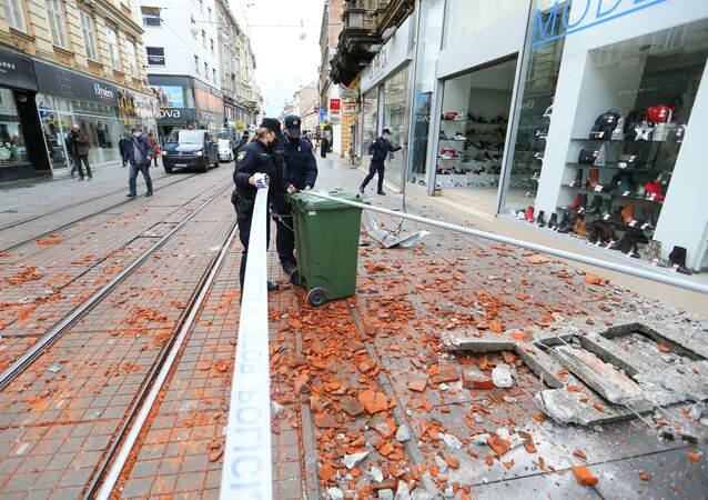 Policie na ulici v Záhřebu po zemětřesení