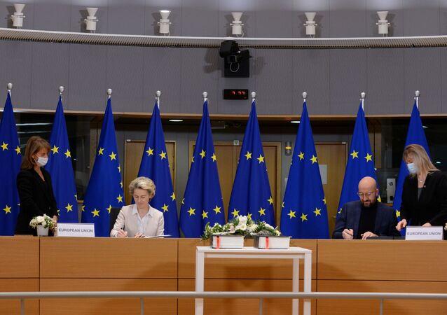 Předsedkyně Evropské komise Ursula von der Leyen a předseda Evropské rady Charles Michel Shaw podepisují obchodní dohodu o brexitu