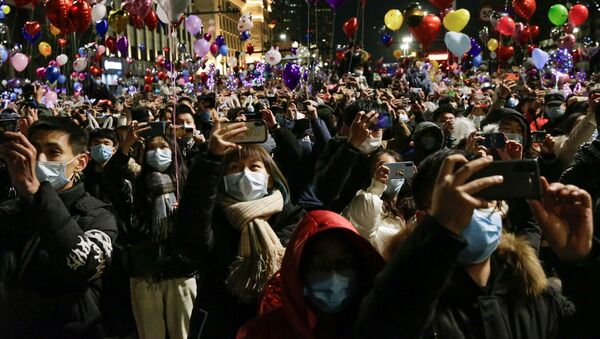 Lidé oslavují příchod nového roku ve Wu-chanu - Sputnik Česká republika