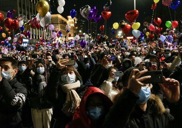 Lidé oslavují příchod nového roku ve Wu-chanu