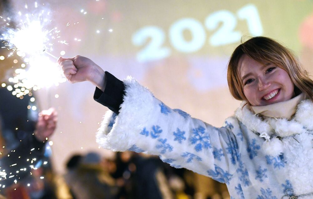 Dívka při oslavách příchodu nového roku 2021 na kluzišti Černé jezero v Kazani.