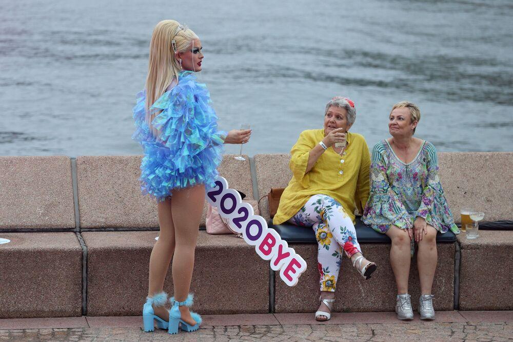 Lidé oslavující příchod nového roku v Austrálii.