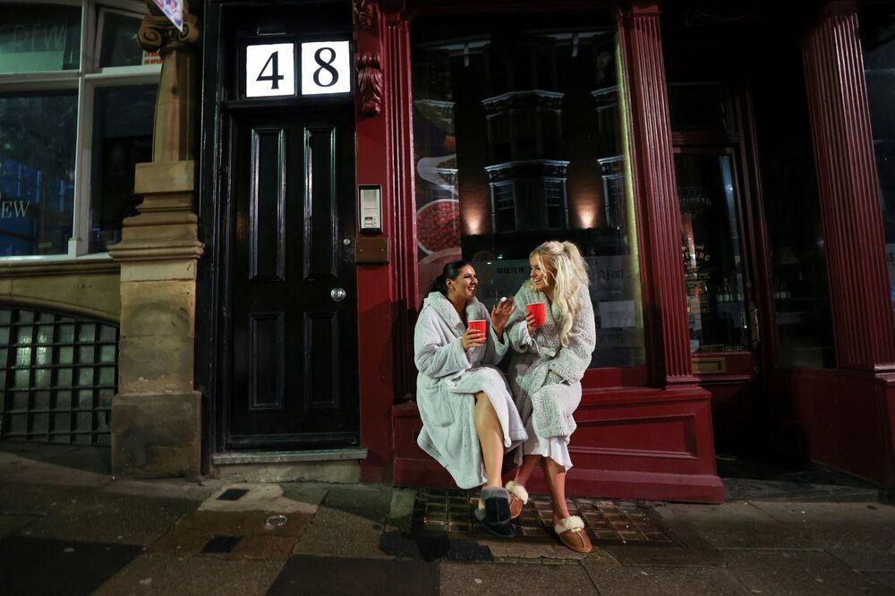 Dvě ženy oslavující příchod nového roku ve městě Newcastle, Velká Británie.