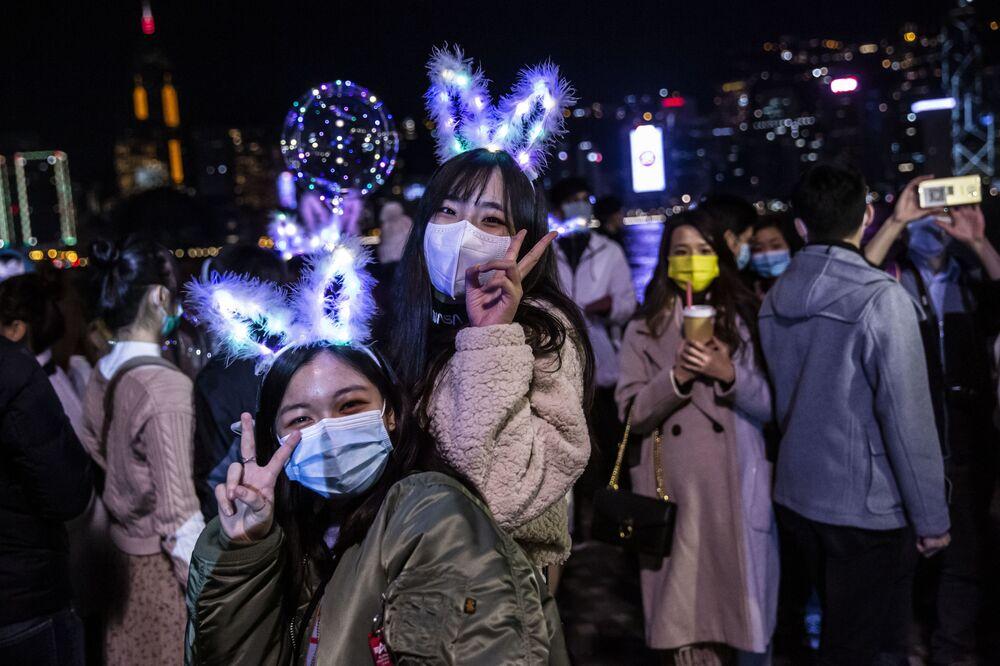 Lidé slaví Silvestra v Hongkongu.