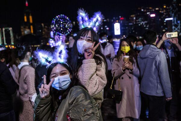 Lidé slaví Silvestra v Hongkongu. - Sputnik Česká republika