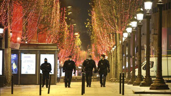 Policisté v ulicích Paříže při oslavách Nového roku - Sputnik Česká republika