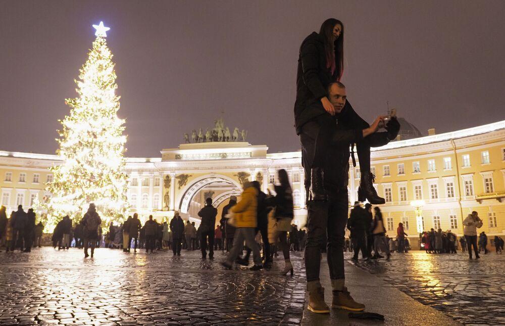 Lidé se fotí během oslav Silvestra v Petrohradě.