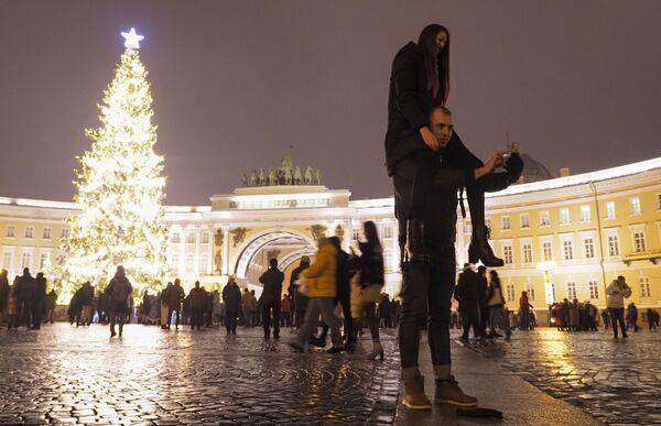 Lidé se fotí během oslav Silvestra v Petrohradě. - Sputnik Česká republika