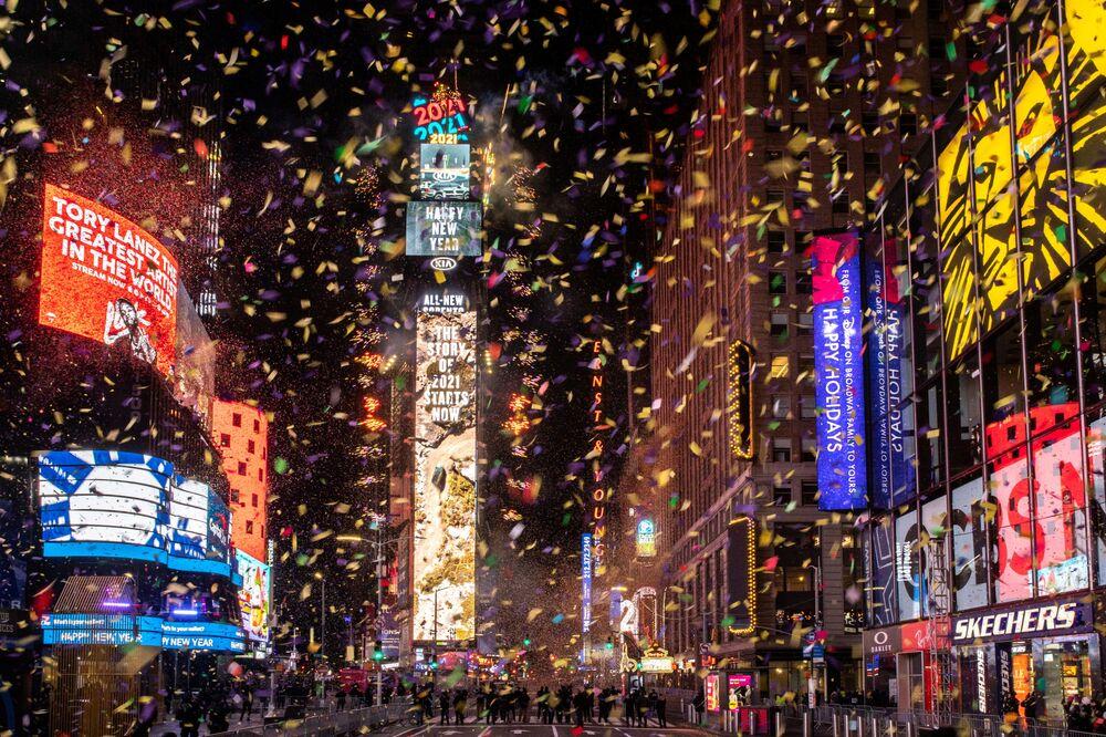 Konfety na Times Square v New Yorku během oslav Silvestra.