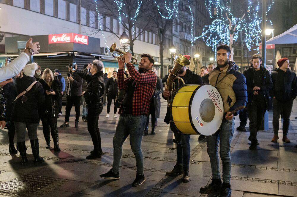 Lidé tančí a zpívají během silvestrovských oslav Bělehradu.